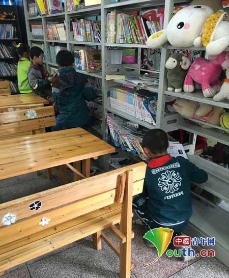 """龙里县第三小学雏鹰志愿者进行""""今天我值日""""活动,打扫微笑小屋。武汉理工支教团 供图"""