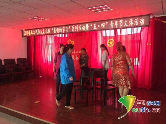 新疆温宿县志愿者与社区团员共庆五四青年节