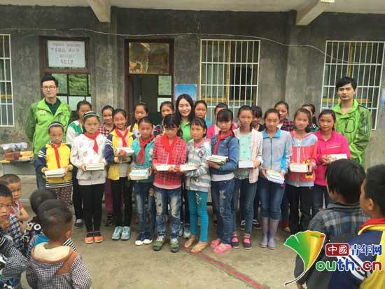 武汉理工研支团赴平塘拉抹小学捐赠爱心图书