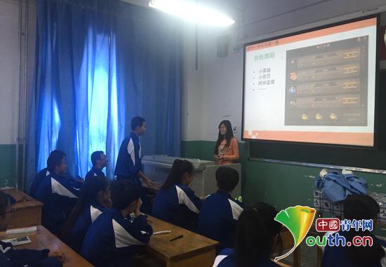 图为湟中县第一中学高一(1)班的同学正在课堂上回答提问.