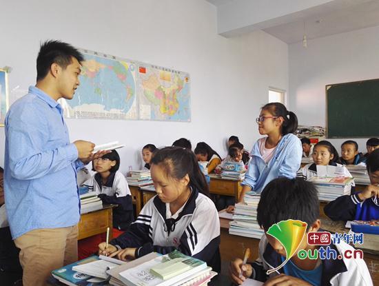 中国矿业大学研支团学生在山西灵丘县石家田九年制高中为学校上历史课成员象贤图片
