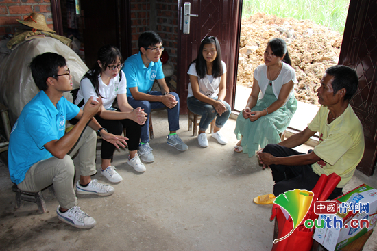 广西大学研究生支教团成员在宁明县北江乡进行家访.图片