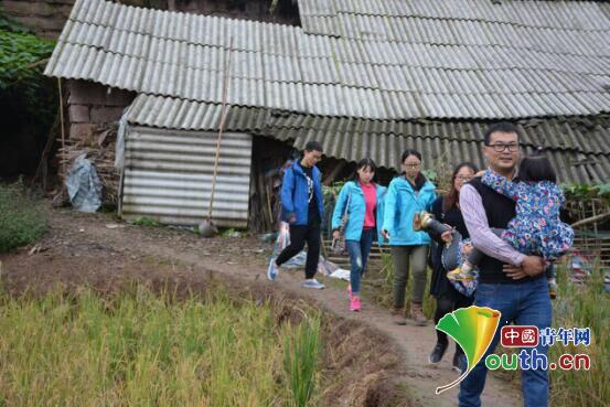 哈尔滨工业大学研究生支教团四川服务队走在家访南溪五中留守儿童路上。彭敏 供图