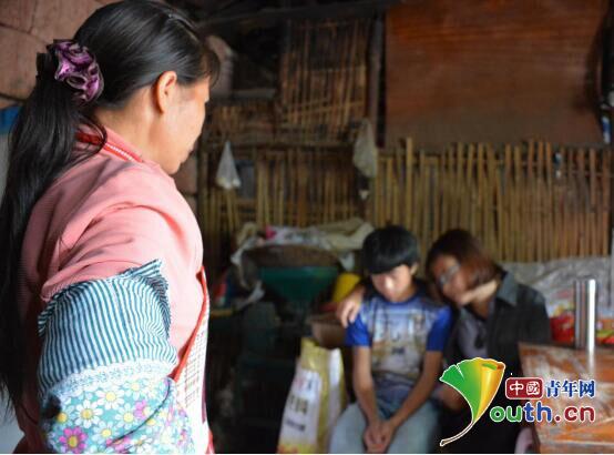 图为哈工大研支团成员与接受家访的南溪五中学生进行交谈。赵玺 供图