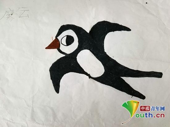 关于心意    小作者:廖云   性别:男   年龄:7岁   理想:飞向蓝天   大家好,我是廖云,我画的是一只小燕子。   可以告诉大家为什么画这幅图吗?   因为我喜欢小燕子。   为什么呢?   因为她不仅漂亮,还会唱歌。话音刚落,班里飘起了那首小燕子的歌:小燕子穿花衣 年年春天到这里,我问燕子你为啥来,燕子说,这里的春天最美丽   关于其他    《秋天》 明玉婷(7岁)   小小的班级,小小的个体,身体刚刚够着黑板,但每一个上台的同学都是兴奋又激动,有的图画色彩艳丽眼花缭