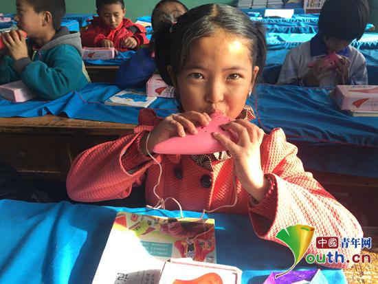 图为研支团成员黄莉怡教孩子们学吹陶笛。黄一凡 供图