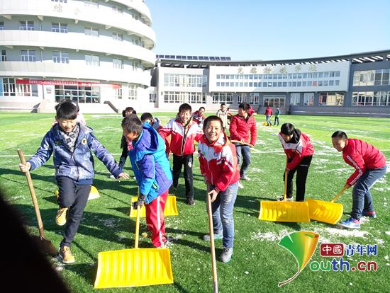 与萃英学校的孩子们一起扫雪.杨琨 供图-支教随笔 在克什克腾旗陪伴图片