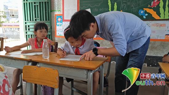 桂林理工大学研究生支教团成员肖静辅导学生完成作业。 桂林理工大学研究生支教团 供图