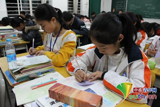 """广西大学研究生支教团在富川县一中和富川二中推广""""卡片学习法.图片"""