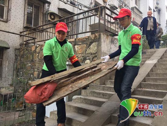 图为大观区志愿者罗刚参加社区文明创建志愿活动。团大观区委 供图