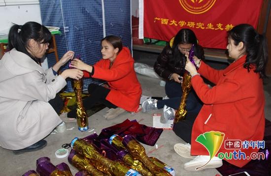 广西大学研究生支教团在富川县浮田小学组织学生学唱瑶歌,学跳瑶族长图片
