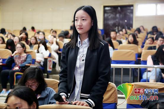 图为高校大学生在宣讲会上提问。史召亮 供图