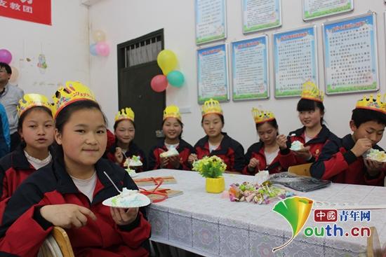 东北农大研支团陪伴龙里v生日生日过集体儿童_情表朵包耳揪图片