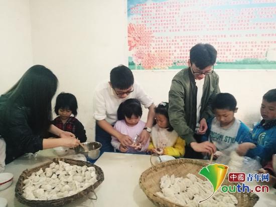 南京邮电大学研支团成员教三元村小学孩子们包饺子.蒋丽婷 供图