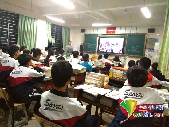 对外经济贸易大学研究生支教团云南分团成员在在勐腊县一中进行主题
