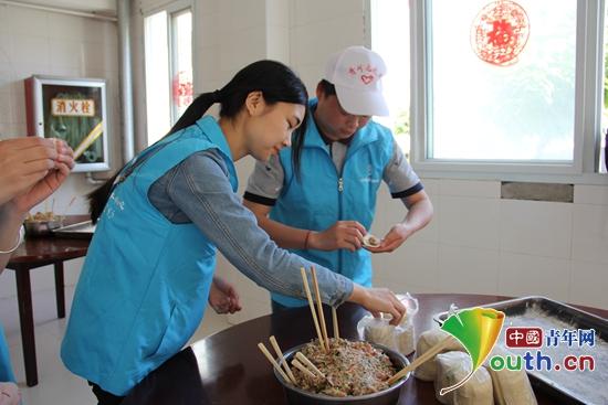 """2017年5月27日,宁陕县志愿者在县中心敬老院开展青年之声""""端午节敬老爱老""""志愿服务活动。"""