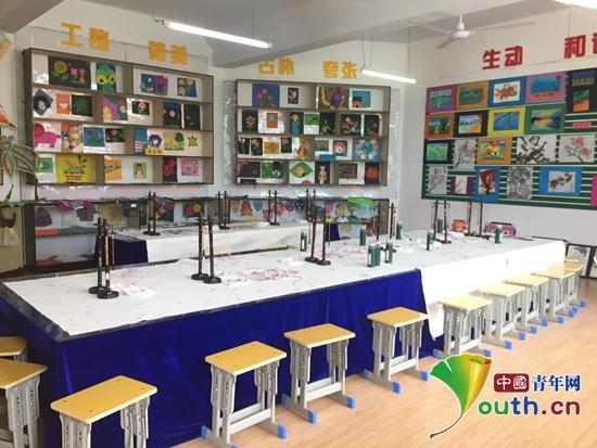 """图为东北林业大学研支团成员创建的""""丹青妙笔 锦绣黔程""""公益活动美术教室。"""