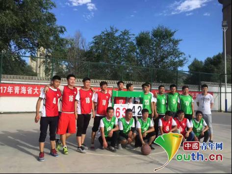 东北财大研支团成员在青海省团校培训期间参加篮球赛。东北财经大学研支团 供图