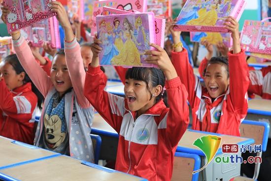 陈塘镇中心小学的孩子们收到彩笔后笑逐颜开。马万玲 供图