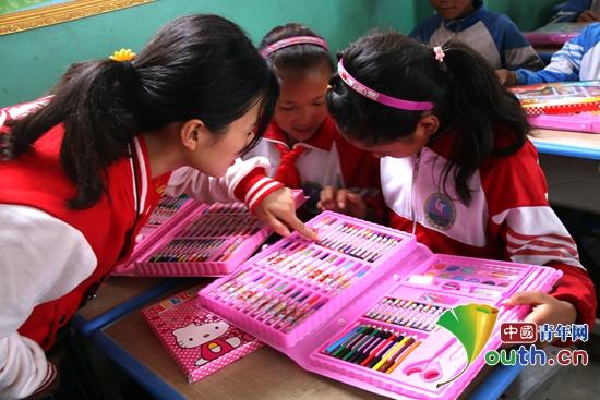 陈塘镇中心小学的孩子们兴高采烈第查看各种颜色的彩笔。马万玲 供图