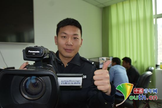 志愿者魏忠尧扛着摄像机拍摄公安新闻视频。河南牧业经济学院团委 供图