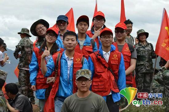 志愿者魏忠尧参加捡垃圾志愿服务活动并与志愿者合影。河南牧业经济学院团委 供图