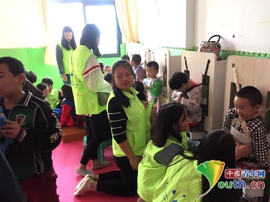重庆医科大学研支团成员帮助残疾儿童做康复训练。熊林 供图