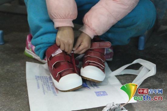 中国青年网北京11月15日电(记者李川 通讯员骆弟燕)11月14日上午,由贵州师范大学研究支教团牵线,在贵阳麦田计划团队的帮助下,何炅快乐店捐赠的一批新棉鞋发到了贵州省麻江县宣威镇基东小学317名学生的手中。    基东小学校长龙福军与贵州师范大学研支团成员为学生发放棉鞋。贵州师范大学研支团 供图   发放仪式上,基东小学校长龙福军对贵州师范大学研究生支教团的志愿者表示欢迎,向麦田计划贵阳团队、何炅快乐店表达衷心的感谢。他与贵州师范大学研究生支教团成员为学生发放了棉鞋。基东小学魏万娇同学说:在