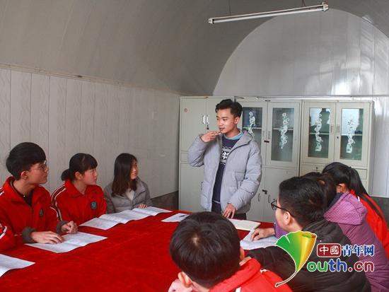 西安外国语大学第19届研支团成员崔顺喆正在组织学生开展英语社团活动图片