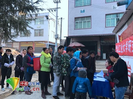 河北工业大学研究生支教团在贵州省长顺县交麻乡为贫困村民发放爱心图片