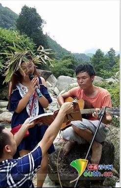 图为恭城县志愿者王霞在吉他伴奏中唱歌。王霞 供图
