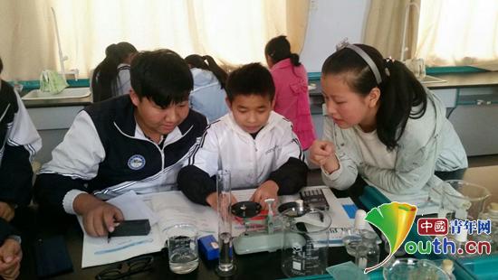 图为城固县二里初级中学的同学们在做物理实验。申雅雯 供图