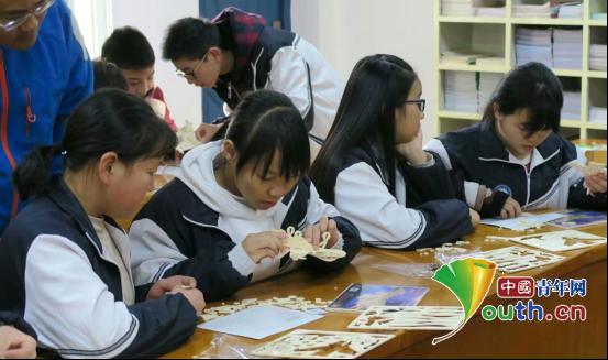 科技文化节上,城固县二里中学的孩子们在拼装航模。申雅雯 供图