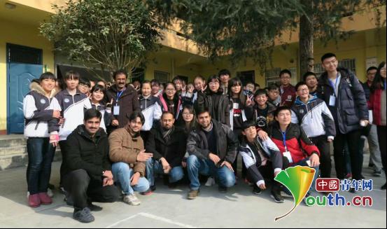 科技文化节上西北工业大学留学生与城固县二里初级中学的孩子们合影。申雅雯 供图