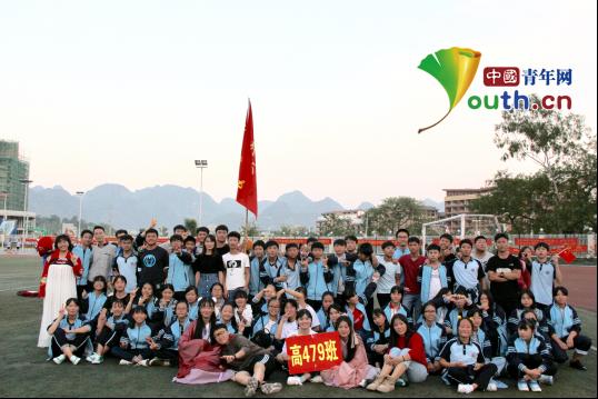 图为南京信息工程大学第19届研支团成员黄垭飞与学生合影。 黄垭飞 供图