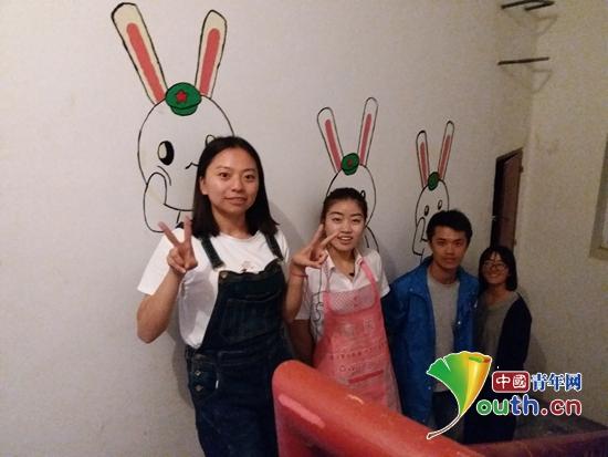 伊吾县志愿者王亚楠和小伙伴在志愿公寓进行彩绘。王亚楠 供图