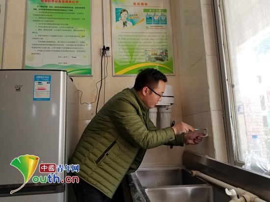 中国人民公安大学/中国人民公安大学研支团为凌云县三所学校安装了净水器。图为...