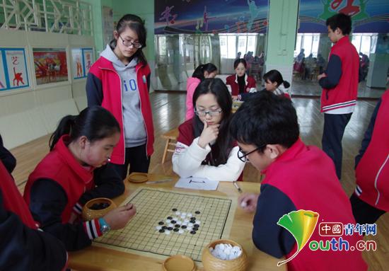 上海财经大学研支团在道真自治县玉溪中学举办了第一届留守儿童五子棋比赛。图为比赛现场。