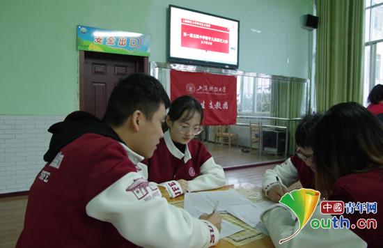 上海财经大学研支团成员正在统计比赛结果。上海财经大学研支团 供图