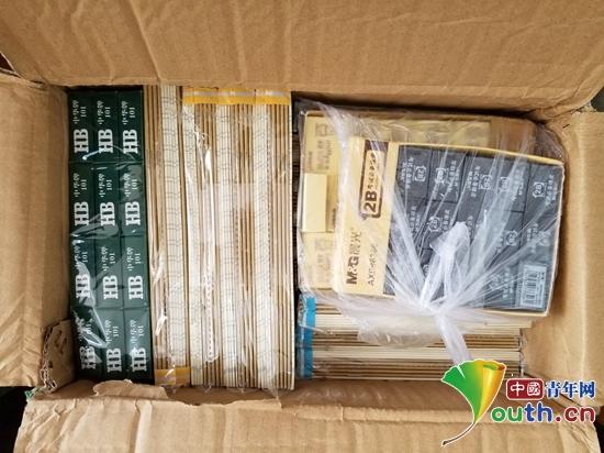北京 公安大学/图为爱心人从北京给孩子们寄来的文具。公安大学研支团供图