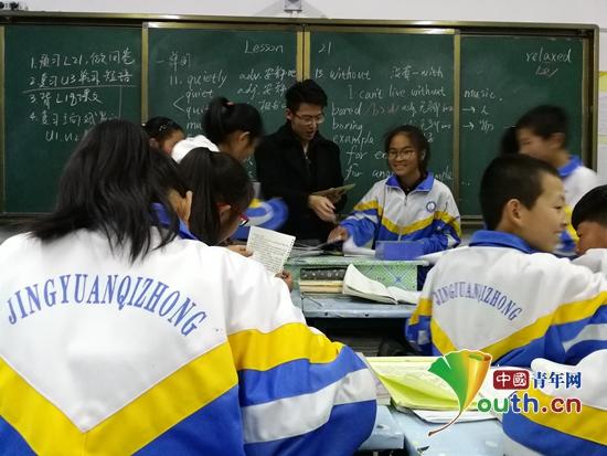 对外经济贸易大学第十九届研支团成员杨镇泽在课堂上。杨镇泽 供图
