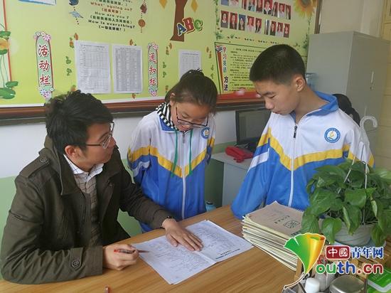 对外经济贸易大学第十九届研支团成员杨镇泽为学生辅导作业。杨镇泽 供图