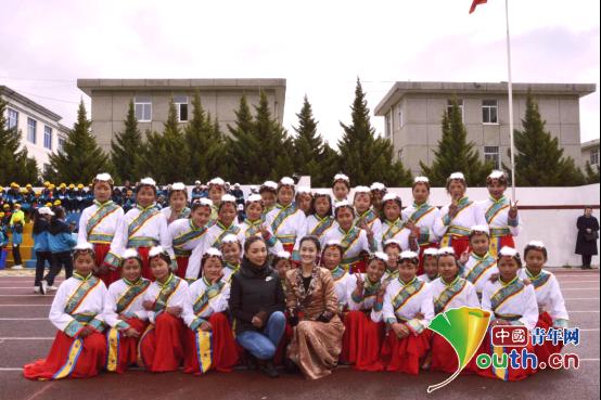 中南民族大学研支团成员与乃东区中学邦吉美朵民族舞蹈班成员合影。中南民族大学研支团 供图