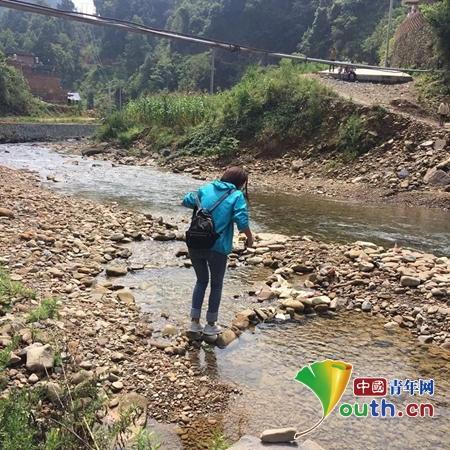 图为江西师范大学研支团成员走在下乡的家访路上。黄俊宇 供图