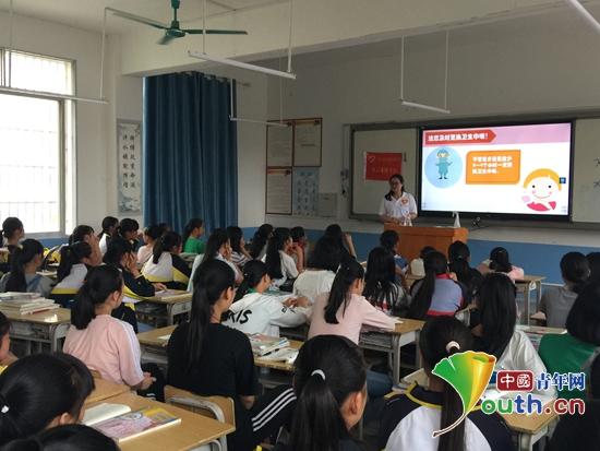 """凤山县希望公益服务中心联合西部计划志愿者在三门海镇九年一贯制中学开展""""青葱课堂""""活动。"""