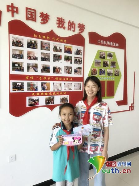 志愿者孙琳珊与新疆小朋友合影.孙琳珊 供图