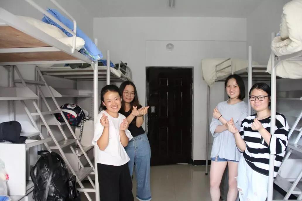 服务兵团志愿者在新疆师范大学体验干净舒适的宿舍.