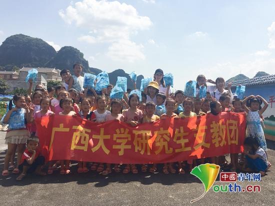 广西大学研支团成员与富川县福利镇浮田小学学生合影。广西大学研支团 供图