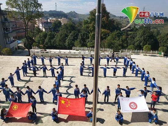 """图为贵州大学研支团带领兴仁中学七年级学生设计造型""""69""""庆祖国诞辰。龙光明 供图"""