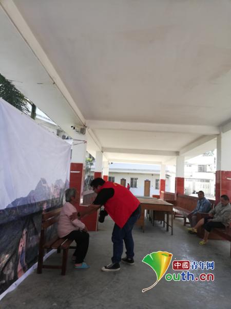 隆安县团委组织西部计划志愿者等摄影爱好者前往县社会福利院为老人拍摄生活照。